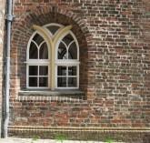 ein altes Bogenfenster im Kirchengemäuer, Symbol für Klarheit, Erkenntniss, Transformation, reife und alte Seele, Seelenalter, Seelenmatrix, Spiritualität, Durchbruch, Himmel und Erde, Übergang,